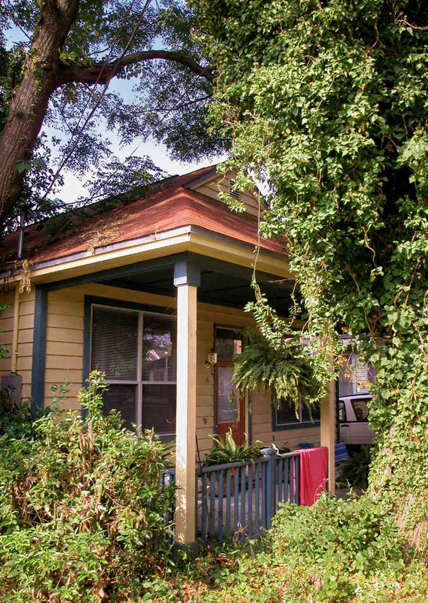 Old-East-Hill:-415-La-Rua-Street_05.jpg:  craftsman cottage, brick street, driveway, oak trees, front porch, chain link fence