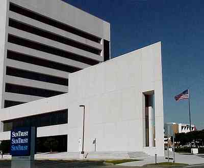 Pensacola:-Downtown:-Sun-Trust-Bank_03.jpg:  office building, bank building, office tower, american flag