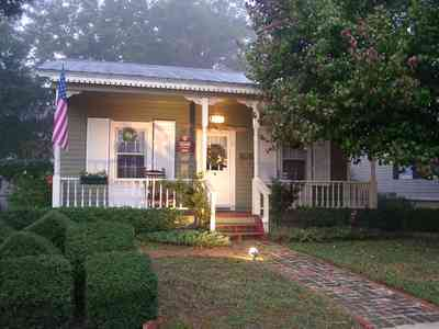 Pensacola:-Seville-Historic-District:-215-Cevallos-Street_02.jpg:  christmas decorations, garland, wreaths, pear tree, victorian cottage