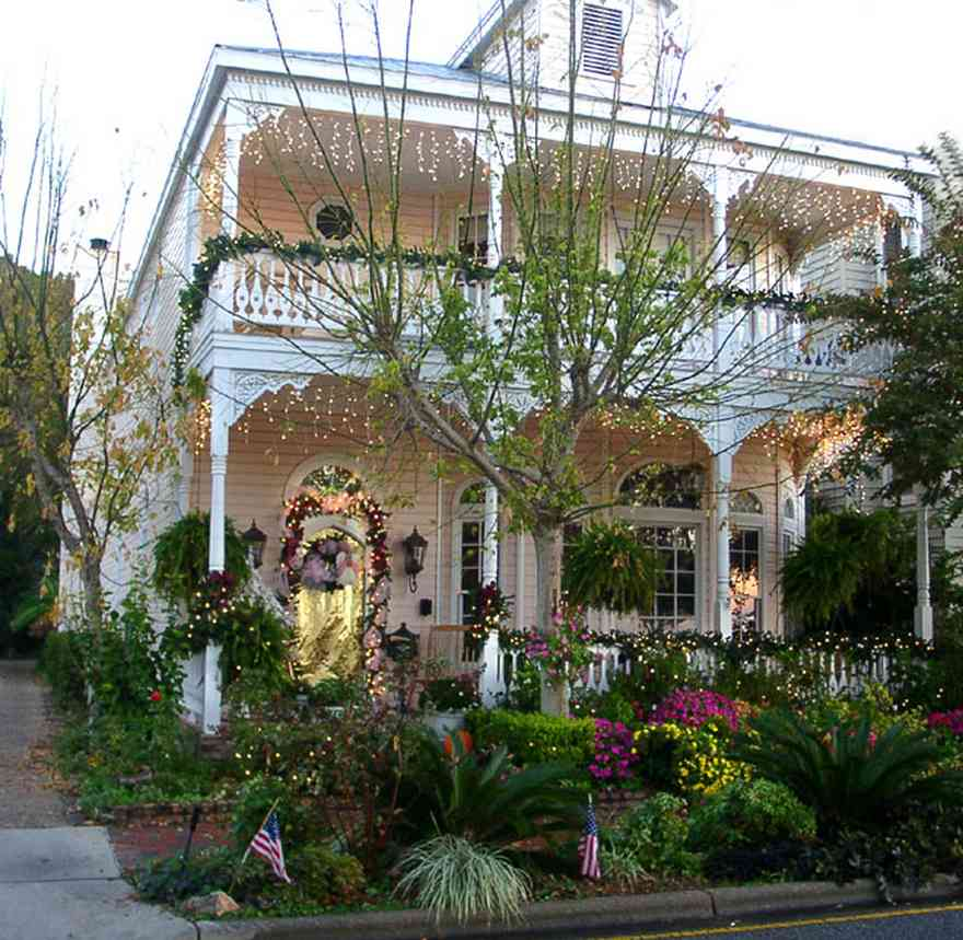 Pensacola:-Seville-Historic-District:-BW-Properties_00.jpg:  victorian house, christmas decorations, garland, bows, wreath