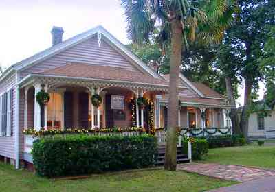 Pensacola:-Seville-Historic-District:-Beroset-And-Keene-Law-Firm_Berose_02.jpg:  victorian cottage, wreath, garland, christmas decorations