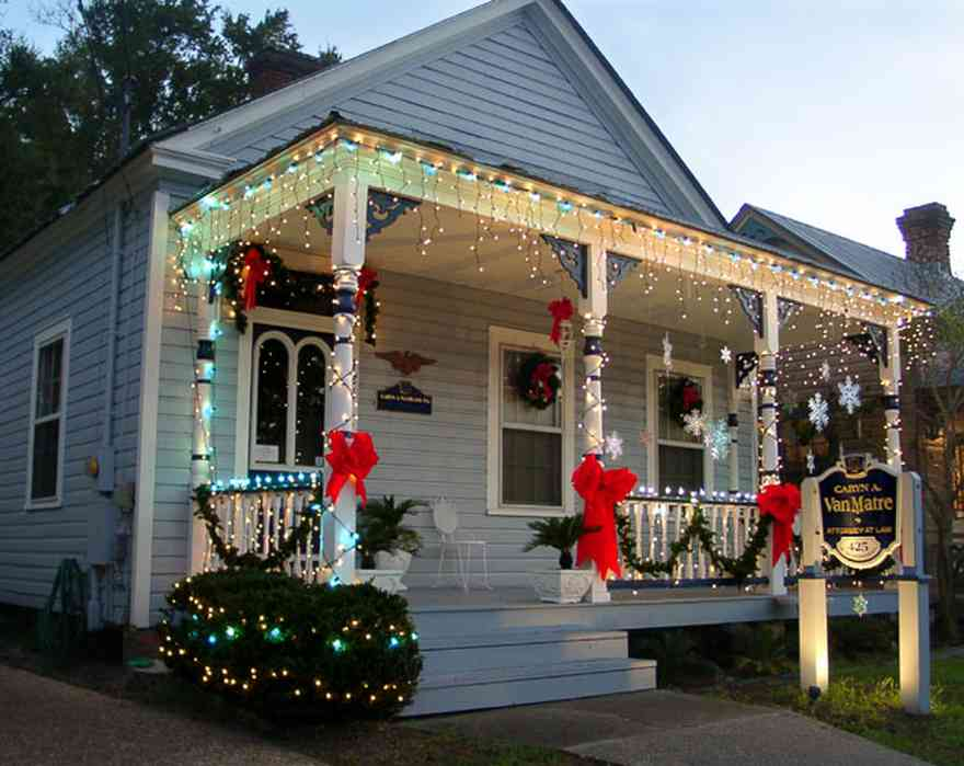 Pensacola:-Seville-Historic-District:-Caryn-A.-Van-Matre,-P.A.-Attorney_01.jpg:  christmas decorations, bows, garland, stars, wreaths