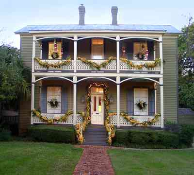 Pensacola:-Seville-Historic-District:-Power-Plus-Electric_05.jpg:  garland, christmas decorations, wreath, christmas lights