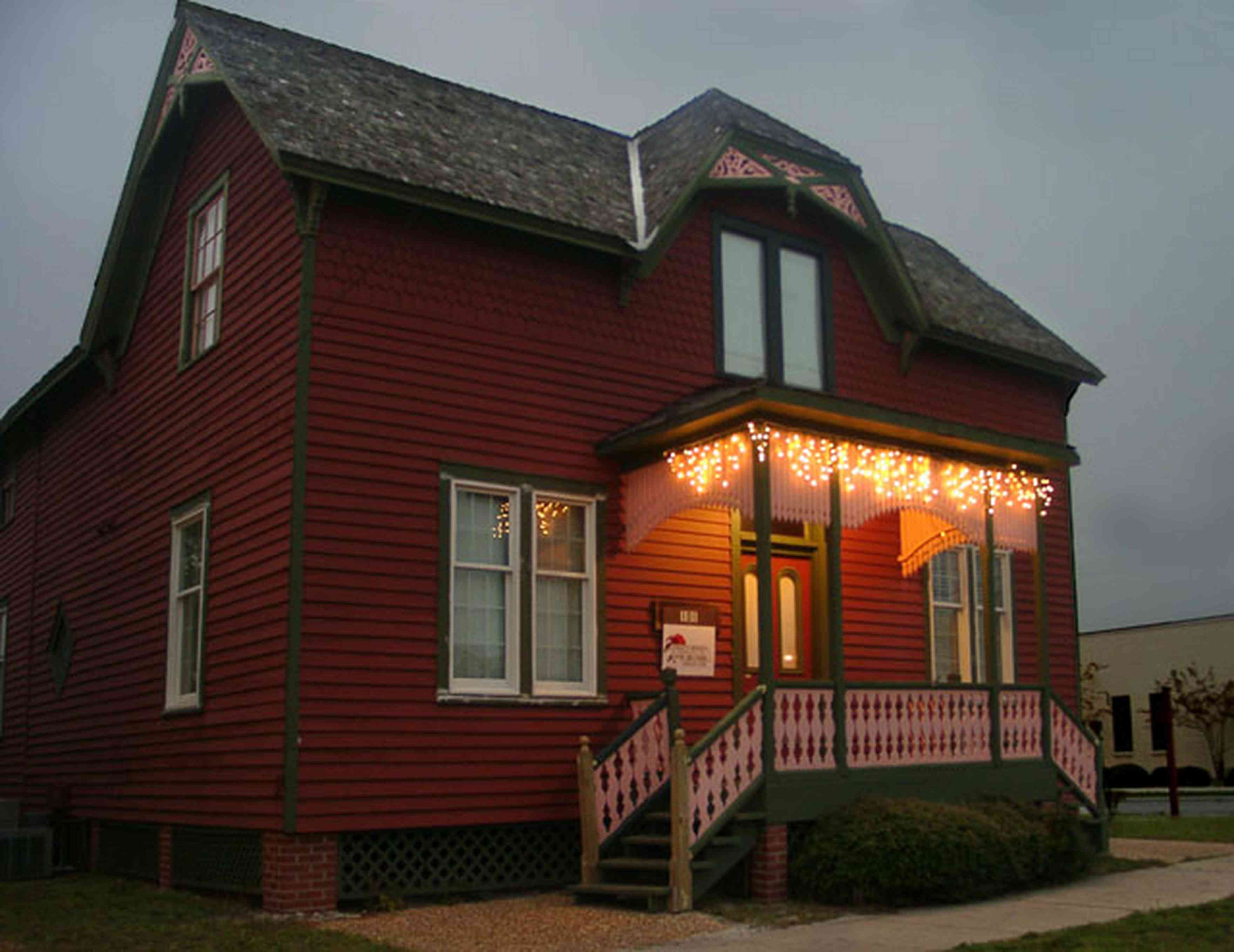 Pensacola:-Seville-Historic-District:-Todays-Homes-Of-Northwest-Florida_02.jpg:  christmas decorating, garland