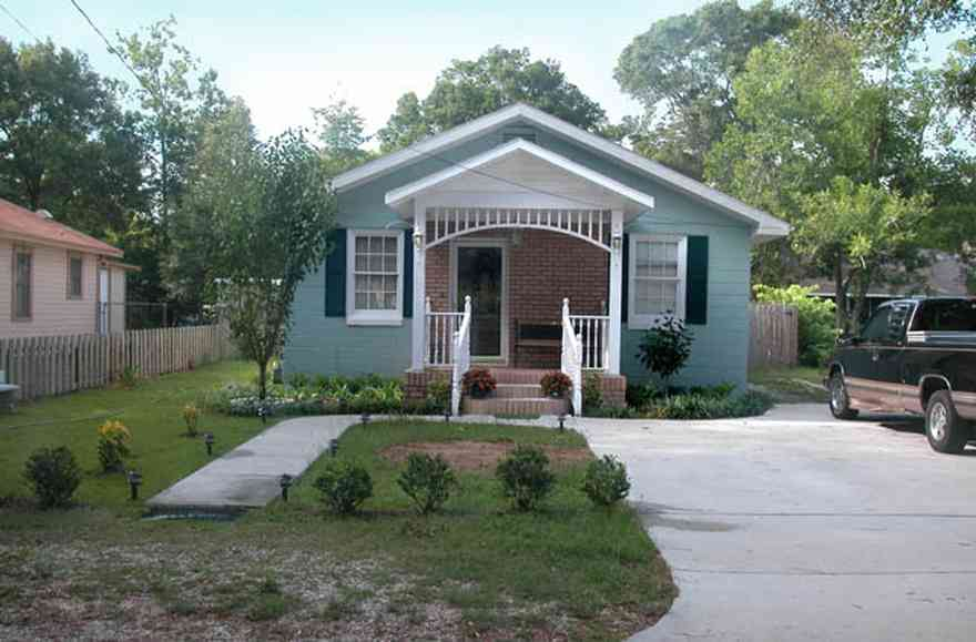 East-Pensacola-Heights:-3008-Strong-Street_02.jpg:  cottage, picket fence, ornamentation, oak tree, bannister, shutters