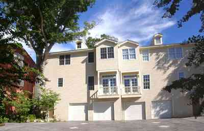 Pensacola:-Seville-Historic-District:-210-East-Government-Street_03.jpg:  condo unit, courtyard