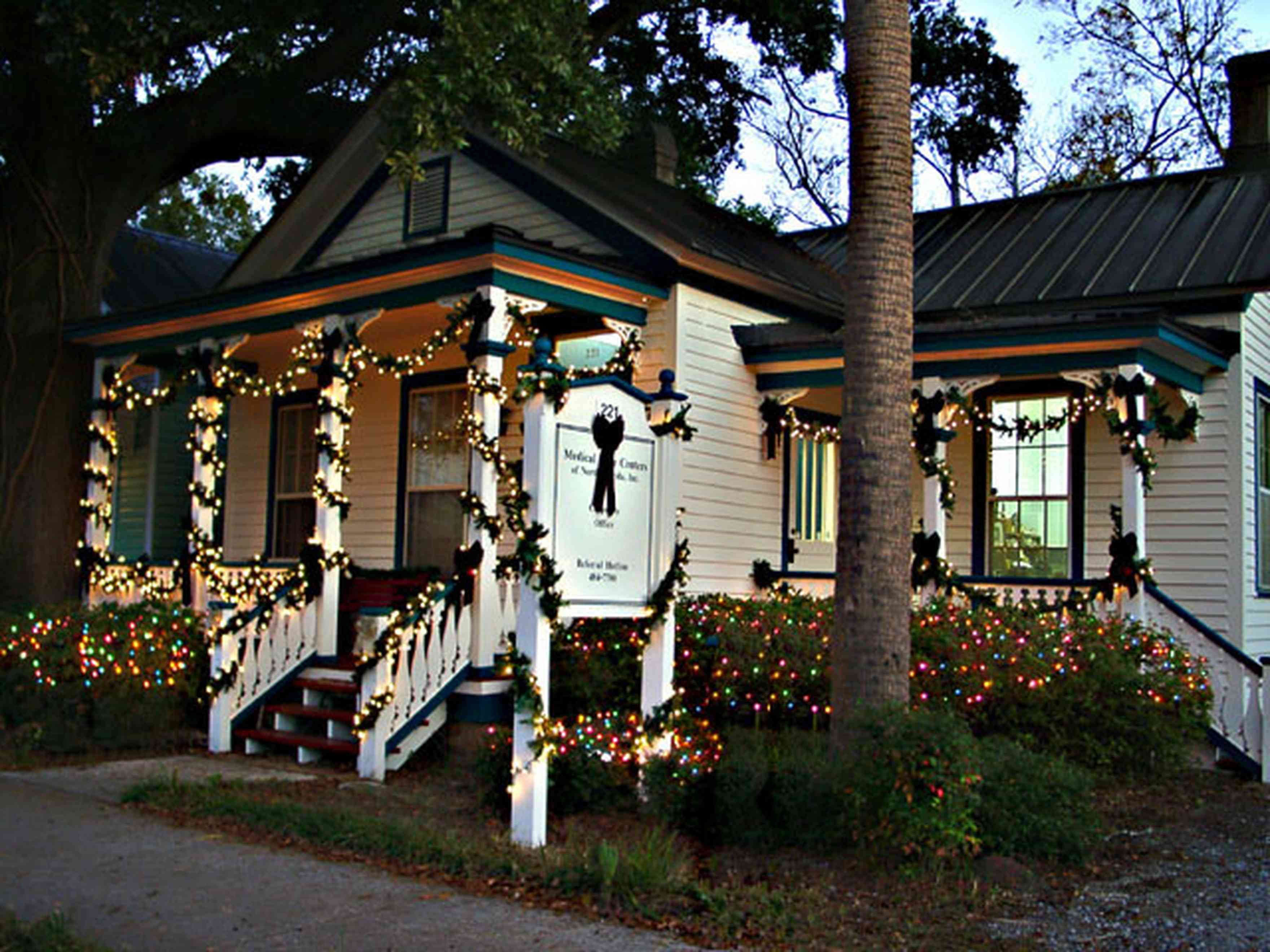Pensacola:-Seville-Historic-District:-221-East-Government-Street_0.jpg:  victorian shotgun house, porch, deck, oak tree, christmas decorations, garland, christmas lights