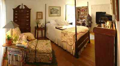 Pensacola:-Seville-Historic-District:-227-East-Intendencia-Street_15.jpg:  folk victorian house, 4 poster bed, heirloom quilt, foot stool