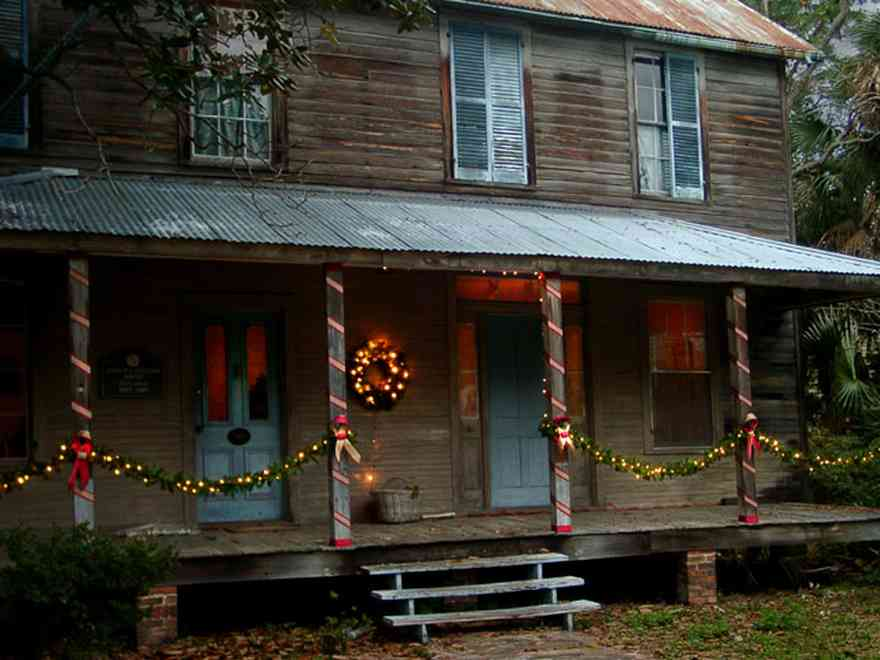 Pensacola:-Seville-Historic-District:-314-Florida-Blanca-Street_02.jpg:  christmas decorations, wreath, garland, bows