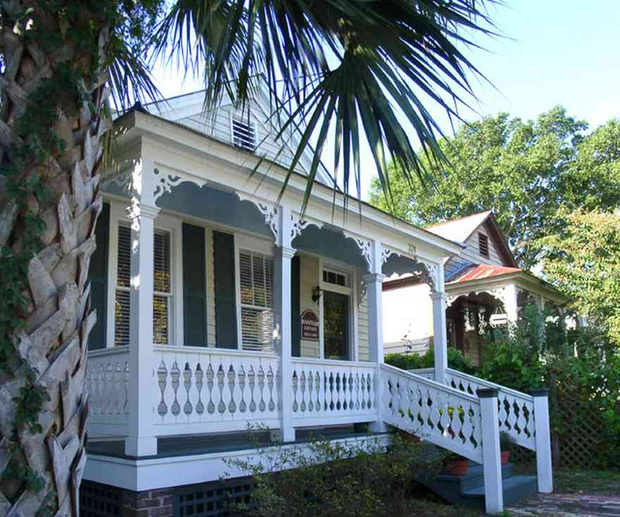 Pensacola:-Seville-Historic-District:-331-East-Intendencia-Street_01.jpg:  palm tree, creole cottage, shotgun cottage, victorian cottage