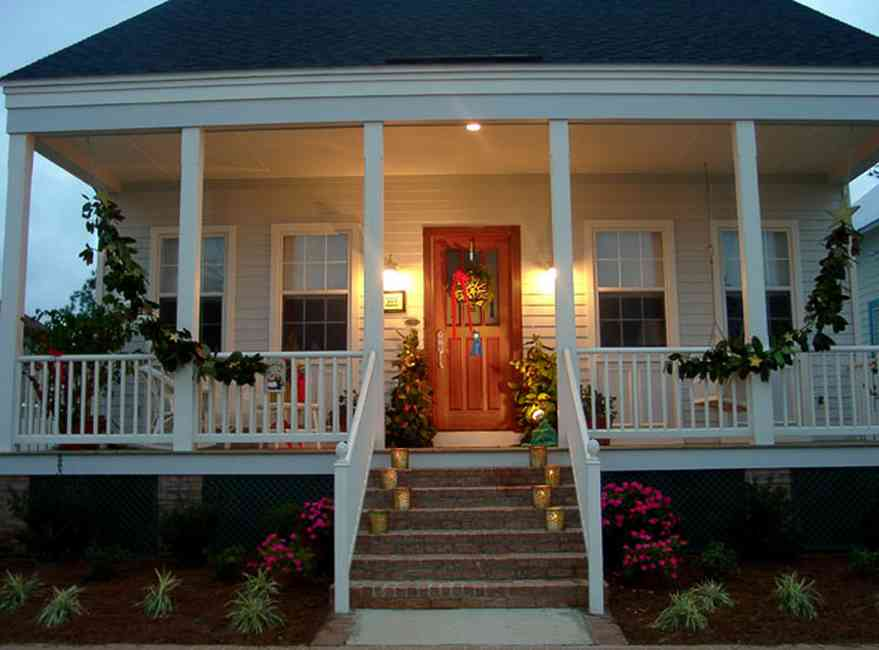 Pensacola:-Seville-Historic-District:-537-East-Romana-Street_03.jpg:  christmas decorations, porch, garland, candles