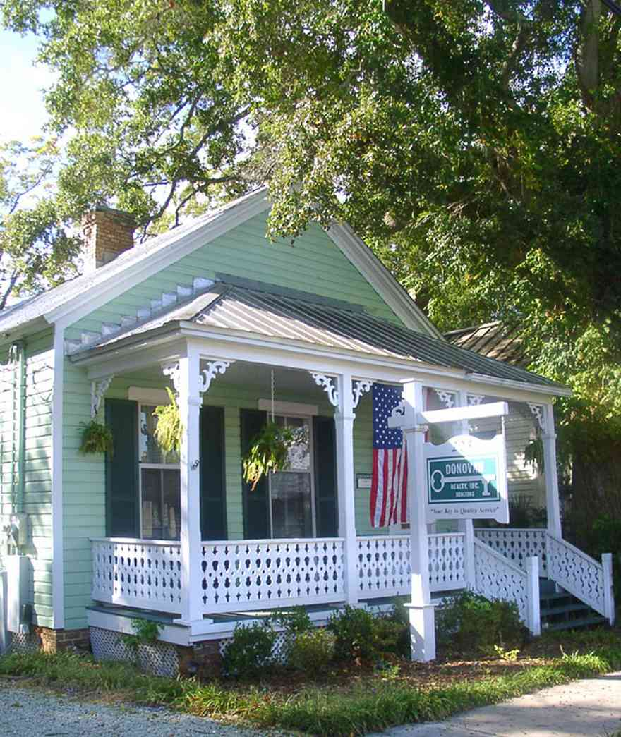 Pensacola:-Seville-Historic-District:-Donovan-Realty-Company_01.jpg:  creole cottage, front porch, oak tree