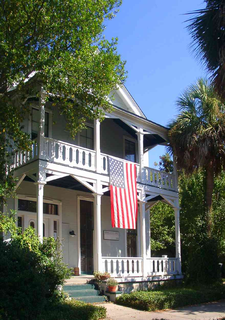 Pensacola:-Seville-Historic-District:-Heffernan,-Holland-And-Morgan-Architects_02.jpg:  greek revival house, american flag, palm tree