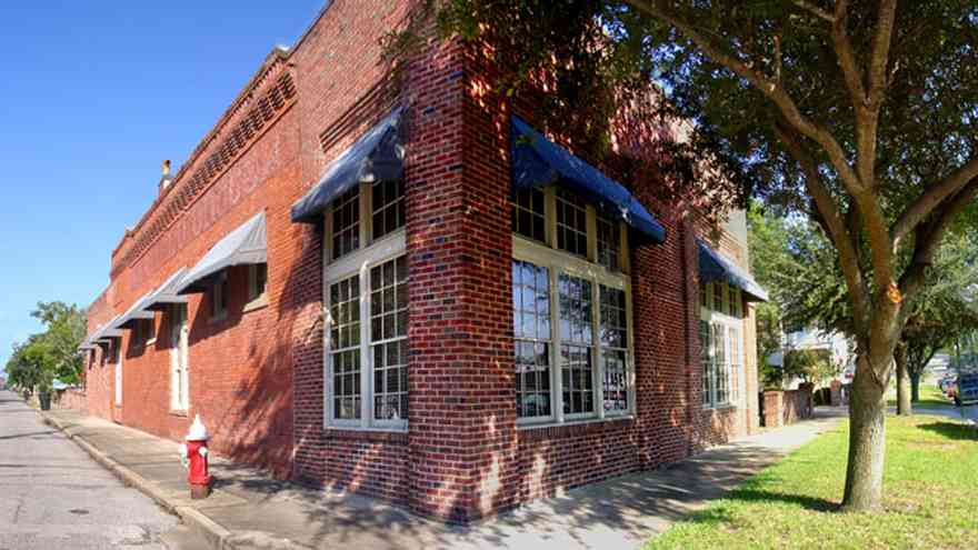 Pensacola:-Seville-Historic-District:-Institute-For-Human-And-Machine-Cognition_02.jpg:  corner grocery, oak tree