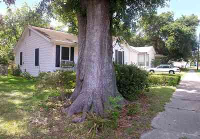 Sanders-Beach:-809-South-I-Street_01.jpg:  pensacola bay, oak tree, crepe myrtle tree, beach, oak tree, sidewalk, cottage,recreational area